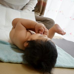 それ、赤ちゃんが手や足の存在に気づいているサインかも!?