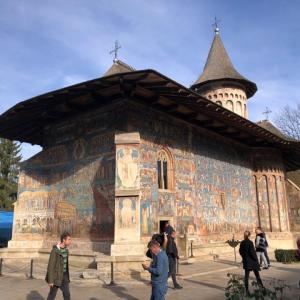牧歌的な景色に映えるフレスコ画!ブコヴィナの修道院へ
