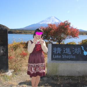 精進湖畔からの富士山と