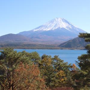 身延町の本栖湖畔からの富士山と