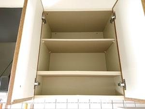 キッチン吊戸棚の左側を整える。定位置決め完了!