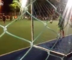【動画】スーパーセーブを決める超意外なゴールキーパー