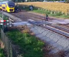 【動画】片側しか確認せずに踏切に進入してしまう自転車