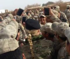 【動画】美人な女性フランス兵と写真を撮るためにめちゃくちゃ群がるイラク兵士たちwww