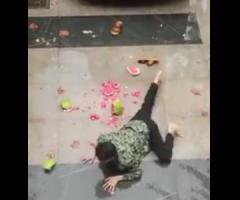 【動画】車からスイカを下ろそうとした男性に起きた悲劇…