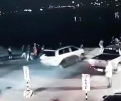 【動画】乗船しようとしていた男性、突然急発進した車によって夜の海に突き落とされてしまう