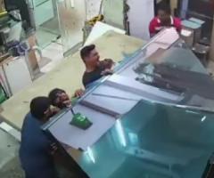 【動画】倒れてきた大量のガラス板に挟まれてしまう事故