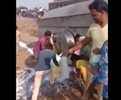 【動画】タンクに牛乳を満載した車が横転してしまった結果…