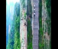 【動画】はええー!崖際を走る中国の高速エレベーター