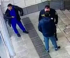 【動画】完全に死角からの攻撃を見事によけるくわえタバコの男