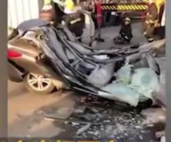 【動画】乗用車、倒れてきたミキサー車に潰され見事にペシャンコになってしまう