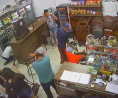 【動画】客でごった返す店内のド真ん中でケンカ相手を撃ち殺してしまう…