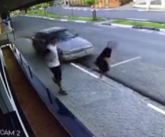 【動画】後ろから迫る暴走車にいち早く反応した男と気づかなかった男の末路…