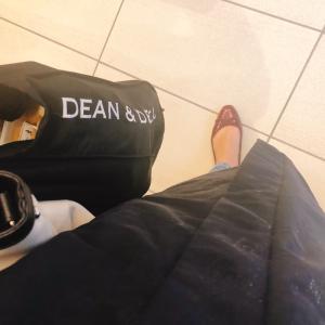 雨でも気兼ねなく持てるシンプルなトートバッグ♡