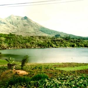 「バトゥール湖もブラタン湖も同じ!」と言うマリアンヌ (Discoveryバリ島7)