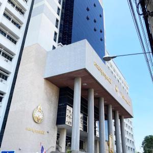 1年前に夫を刺した強盗犯の裁判のために、タイの裁判所に出向いてきました。