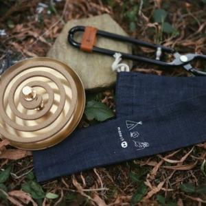薪バサミ「HACHI」 & 真鍮製 蚊取りホルダー「katori=カトリ」 コンパクトでオシャレなギアがガレージブランド『モナーク』から登場