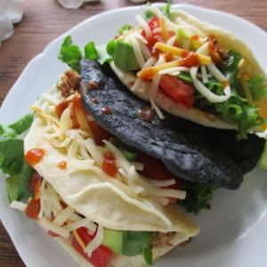 お家で外食気分♡沖縄のタコス(手作りトルティーヤは竹炭&プレーン)