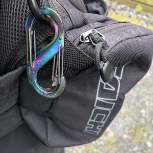 バイクで出かける時に帽子はどこに収納する?|カラビナで腰に固定
