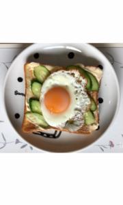 目玉焼きとキュウリのパンレシピ