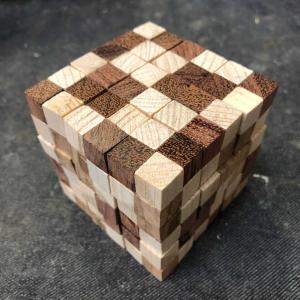 ユニットキューブが8個のミニキューブから成るキューブパズル