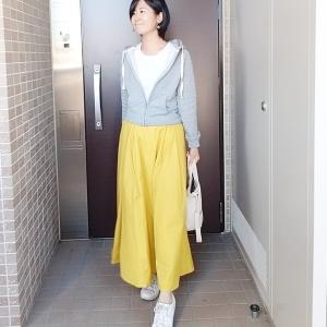 明るいイエロースカートで春のお散歩コーデ