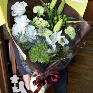 白とグリーンで仕上げた結婚記念日の花束