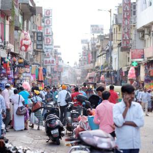 ワイ貯金100万円、インドに行けば人生観が変わると聞き真剣に考える