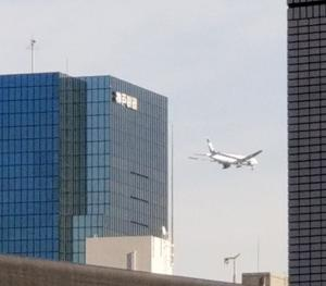 都心上空をを通過する、羽田空港の南風時運用が遂に始まりました!