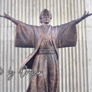 志の龍馬像 - JR土讃線の観光列車運行に合わせ駅名に新愛称と像が建つ