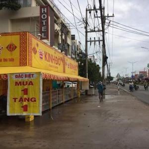 ベトナムの朝、そういえば中秋だった。露店で月餅が売られています。