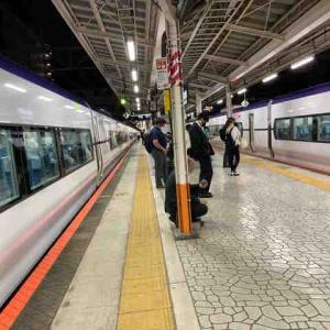 八王子駅で滅多に見られない光景。下りホームが特急列車で埋め尽くされる。