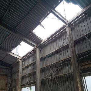 屋根の復旧はまだまだかかりそう…