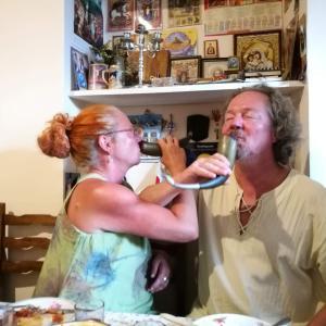 【ジョージア】クタイシの名物宿メディコ&スリコで大宴会~豪華な料理にワイン飲み放題~