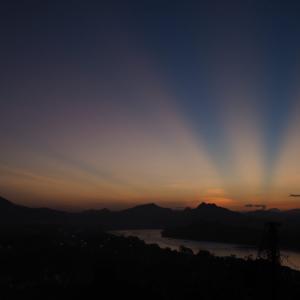 摩訶不思議な絶景!ラオス・ルアンパバーンのプーシーの丘から旭日旗のような不思議な太陽の光を見た