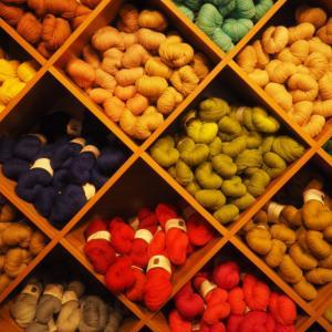 手編みのミトンに木製の蝶ネクタイ!ラトビアの首都リガ旧市街には素敵なお土産ものがたくさんあった