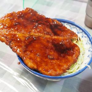 はみ出たカツがど迫力!福島県会津若松市の白孔雀食堂で人生初のソースカツ丼を食べて来た