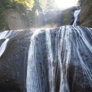 日本三大名爆のひとつ!茨城県「袋田の滝」は岩石にへばりつく巨大な水の流れに圧倒された