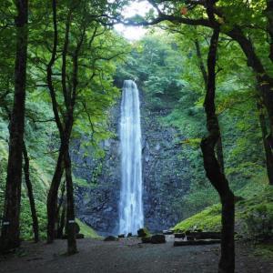 夏の山形県酒田市「玉簾の滝」は絵に描いたように幻想的で美しかった