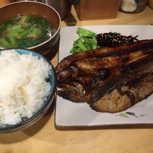 今日のランチは、焼魚定食をダブルで。しかもワンコインです。