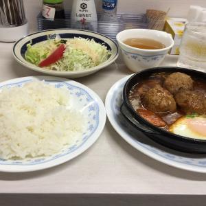 今日のランチは、キッチン岡田さんで、ワンコインのハンバーグ定食です。