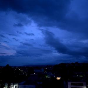 梅雨空は如何ともしがたく、雲、洗濯水の如く暴れ回る