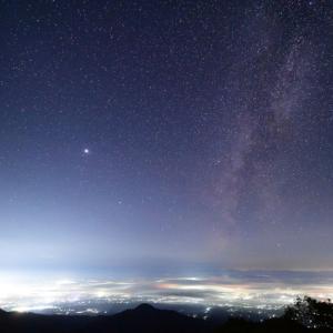 雲海に沈みつつある会津盆地と天の川