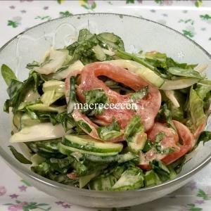 作り置きレシピ・グッとヘルシーな野菜サラダを調理