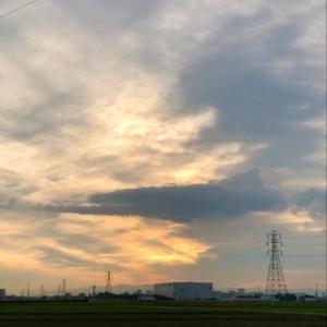 雲に隠されている太陽と鉄塔