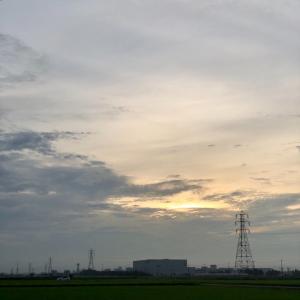 雲間に顔を出した朝日と鉄塔群 ・ 7月28日火曜日