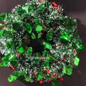 クリスマスリースを装飾