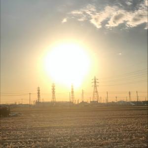 真っ赤に燃えた夕陽と鉄塔群