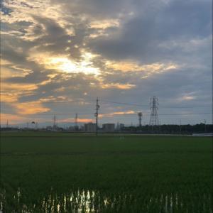 雲間に垣間見える朝日と鉄塔