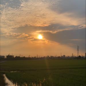 雲を貫く朝日と鉄塔